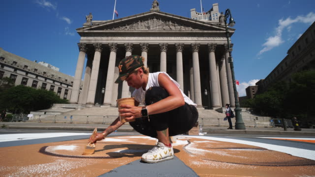 stockvideo's en b-roll-footage met 02nd july 2020: black lives matter murals appear along centre street between worth street in lower manhattan in front of courthouse. artists create... - verschijning