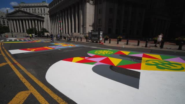 04th july 2020: black lives matter murals appear along centre street between worth street in lower manhattan in front of courthouse. artists create... - öffentlicher auftritt stock-videos und b-roll-filmmaterial