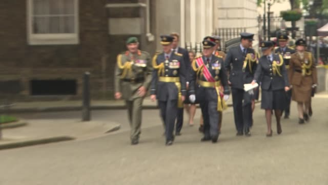 100th anniversary: fighter jet parked up on downing street; england: london: downing street: ext red raf fighter jet / service personnel lined up /... - 一百週年紀念 個影片檔及 b 捲影像