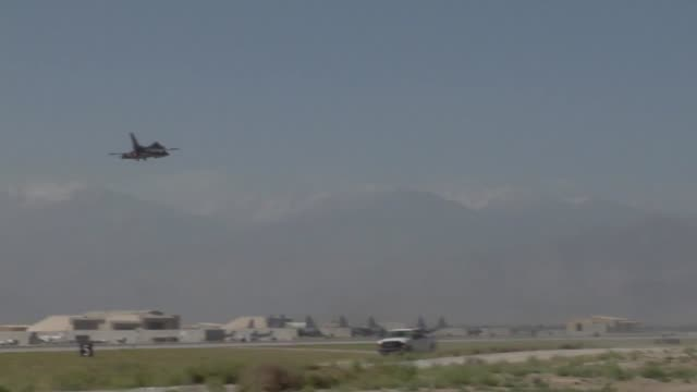 100th efs f16 fighting falcon step prep takeoff 100 efs is deployed from montgomery alabama and part of the 187th fighter wing - base aerea di bagram video stock e b–roll