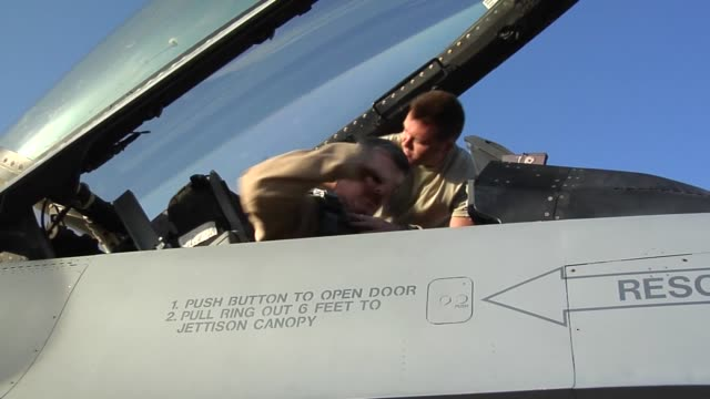 100th efs f-16 fighting falcon, step, prep, take-off. 100 efs is deployed from montgomery, alabama and part of the 187th fighter wing. - bagram air base stock-videos und b-roll-filmmaterial