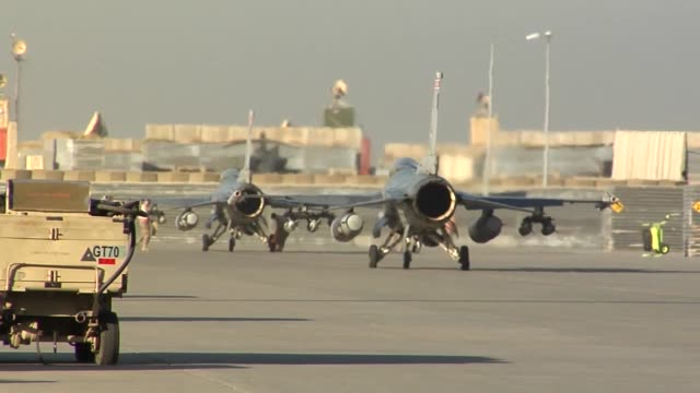 vídeos de stock e filmes b-roll de 100th efs f16 fighting falcon step prep takeoff 100 efs is deployed from montgomery alabama and part of the 187th fighter wing - base aérea de bagram