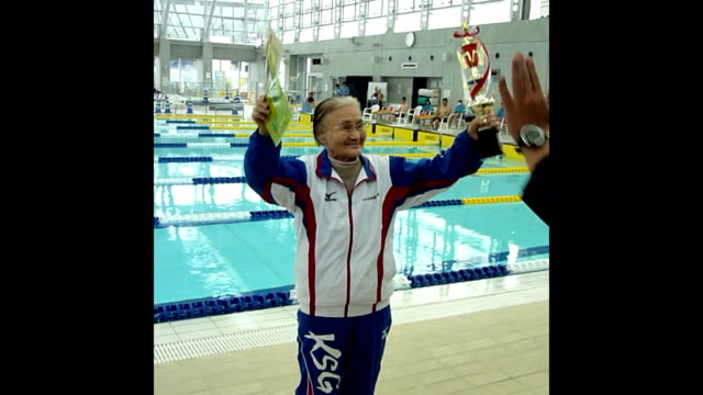 vídeos de stock, filmes e b-roll de year old woman on saturday april 4 swam out 1500 meters in freestyle race, setting a new world record for the age of 100-104, the japan masters... - new age