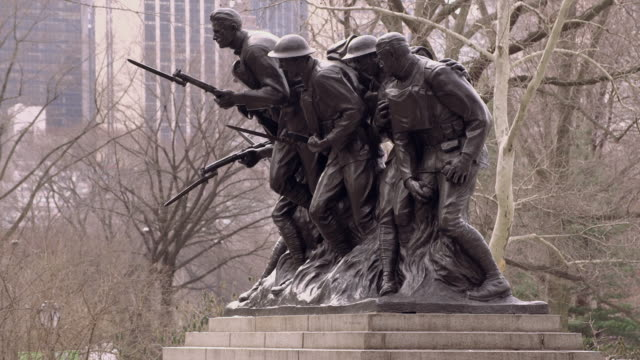 107th infantry monument in central park in manhattan - figura maschile video stock e b–roll