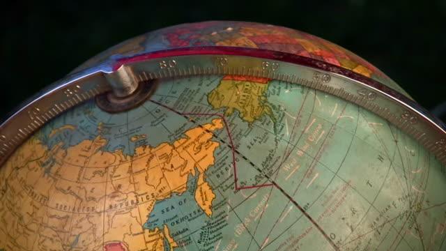 vídeos y material grabado en eventos de stock de hd 1080 i antiguo spinning globe 4 - globo terráqueo para escritorio