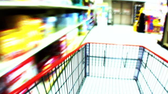 vídeos de stock, filmes e b-roll de hd 1080 i movimento desfocado carrinho de supermercado 3 - mercado espaço de venda no varejo