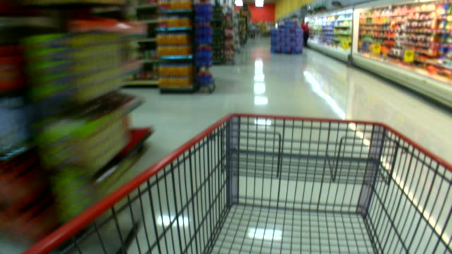 vídeos de stock, filmes e b-roll de hd 1080 i movimento desfocado carrinho de supermercado 6 - mercado espaço de venda no varejo