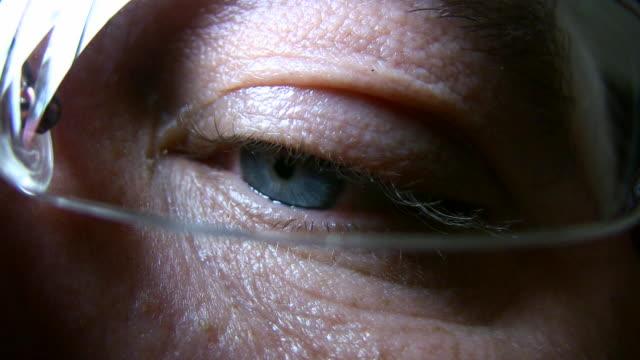 vídeos de stock e filmes b-roll de hd 1080 i plano aproximado do globo ocular 3 - olhar de lado