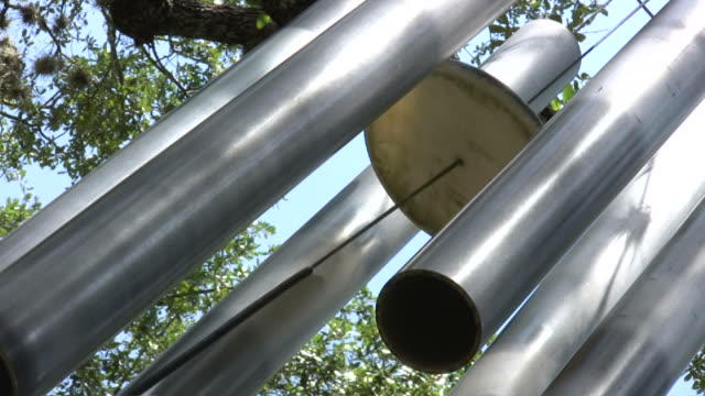hd 1080 i 巨大ウィンドチャイムズ、サウンド 4 - ベル点の映像素材/bロール