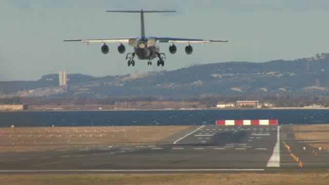 hd 1080 i. landing ( - avion stock-videos und b-roll-filmmaterial