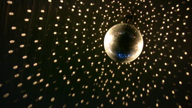 hd 1080 i ミラーボールの 1 - 高校卒業ダンスパーティ点の映像素材/bロール