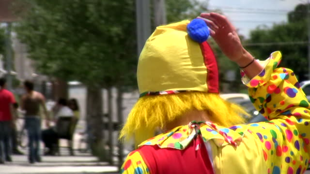 HD 1080 i traurig Clown zu Fuß in Zeitlupe, entfernt