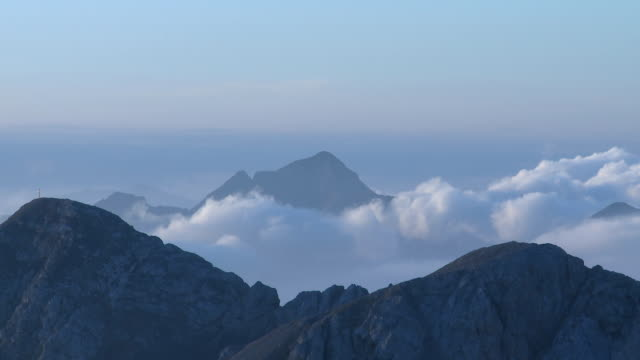 stockvideo's en b-roll-footage met 1080p: morning clouds passing mountains - mist