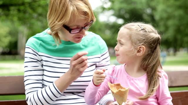 stockvideo's en b-roll-footage met hd 1080p mother and daughter eating ice cream - eskimokus geven