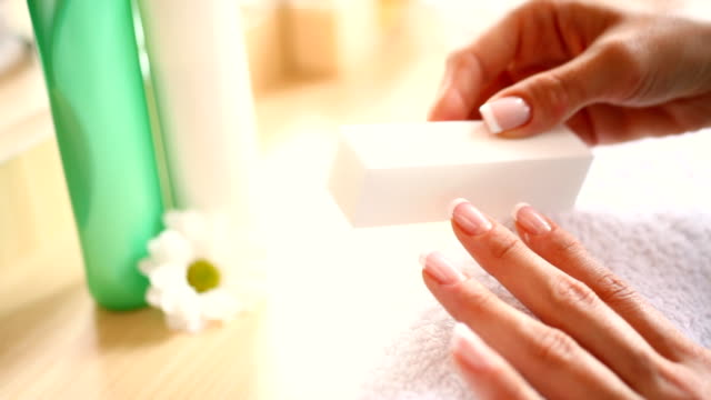 vidéos et rushes de hd 1080: lissant les ongles avec un bon lime - salle de bain