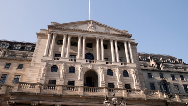 4k 10bit pan view of the bank of england front entrance, the city, london, england, uk - 各国の観光地点の映像素材/bロール