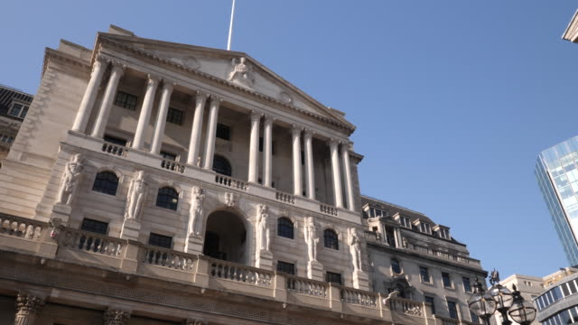 4k 10bit pan view of the bank of england front entrance, the city, london, england, uk - money politics stock videos & royalty-free footage