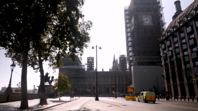 4k 10bit wide angle of thames river, westminster bridge, elizabeth tower, big ben, houses of parliament. london skyline cityscape of uk government. - whitehall london stock videos & royalty-free footage