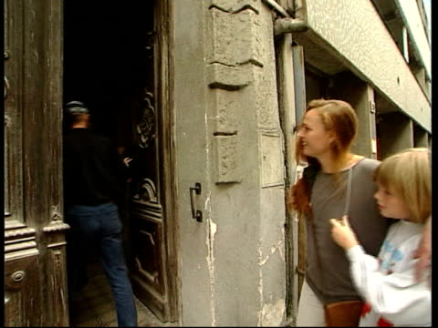 vidéos et rushes de 10th anniversary itn hungary budapest ext tram along street jackel family along to flats where they stayed after fleeing east germany int nameplate... - évasion