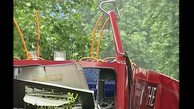 survivors' and first responders' stories 772005 england london overlay george psaradakis interview** various shots of wreckage of bus in tavistock... - anweisungen geben stock-videos und b-roll-filmmaterial