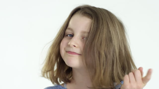 stockvideo's en b-roll-footage met 10-years-old girl makes facial expressions - close up - alleen één meisje