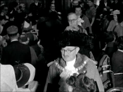 vídeos de stock, filmes e b-roll de 11th national christmas party of the infantile paralysis fellowship england london guildhall int gv party tables in guildhall / statue of churchill... - trepadeira