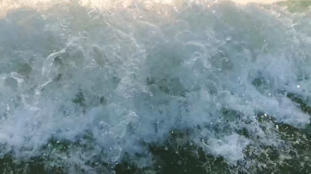 vídeos y material grabado en eventos de stock de 120fps slow motion ocean white water wave surf chocando hacia la cámara, goa, india - ola