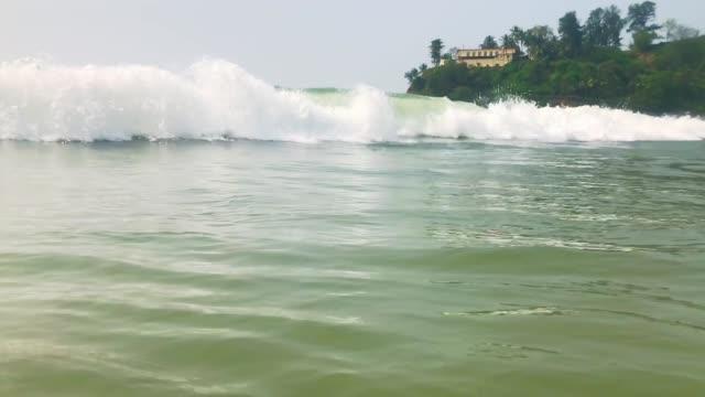 120fpsスローモーションオーシャンホワイトウォーターウェーブサーフは、カメラ、ゴア、インドに向かってクラッシュ - 泡立つ波点の映像素材/bロール