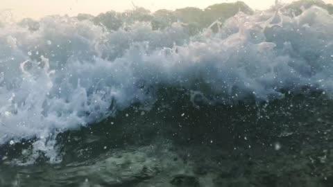 120fps slow motion ocean white water wave surfa kraschar ner mot kameran, goa, indien - våg vatten bildbanksvideor och videomaterial från bakom kulisserna