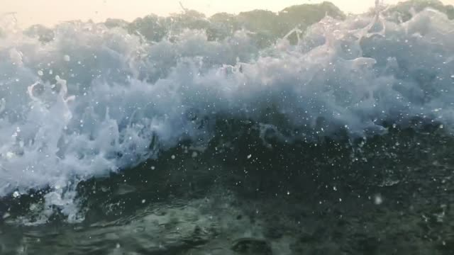 stockvideo's en b-roll-footage met 120 fps slow motion ocean white water wave surf crasht naar de camera, goa, india - getijde