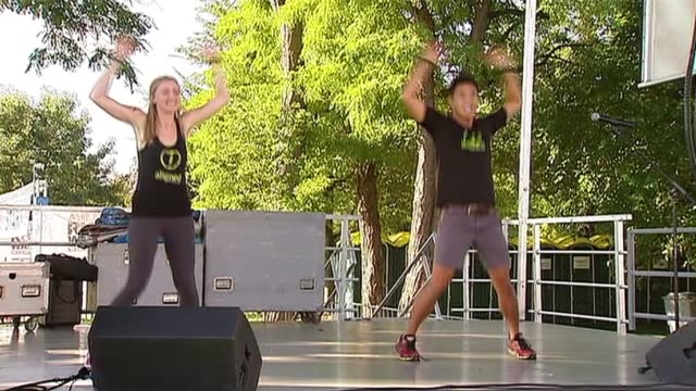 12th annual aids run and walk in chicago the runners took off from solider field on a 5 or 10k run or walk the event has raised more than $4 million... - hampelmannsprung stock-videos und b-roll-filmmaterial
