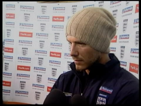 vídeos y material grabado en eventos de stock de 13may2002 ms david beckham interview / luton airport united kingdom / audio - gorro de lana