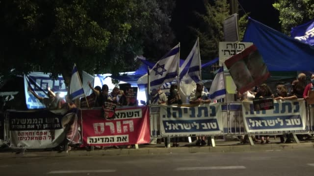 13th 2020: pro-netanyahu counter-protesters play through speakers a live press conference held by prime minister benjamin netanyahu announcing the... - israel stock videos & royalty-free footage