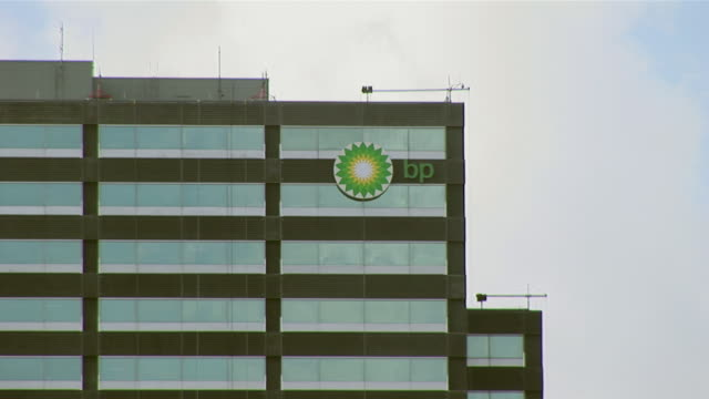 stockvideo's en b-roll-footage met 15jul2010 ms exterior of bp houston us headquarters along i10 west katy freeway / houston texas united states - bp