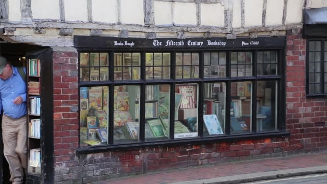 vídeos de stock, filmes e b-roll de 15th century beamed house in the english town of lewes stands on the corner of keere street, originally a saxon lane. keere street is now a steep... - high street