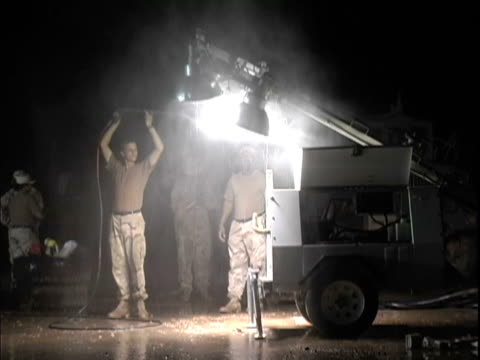 vidéos et rushes de 15th jan 2004 montage us soldiers washing vehicles at night / lsa anaconda iraq / audio - 2004