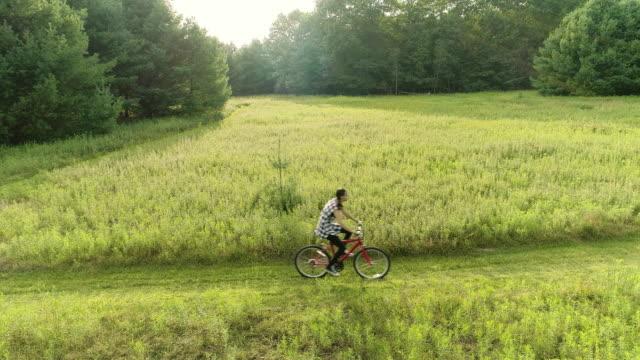 vidéos et rushes de fille adolescente de 15 ans, faire du vélo sur la piste dans les prés à l'éd. poconos, pennsylvanie - 14 15 years