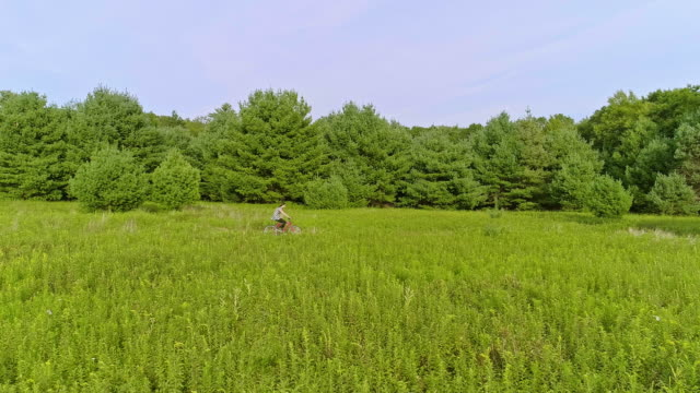 vídeos de stock e filmes b-roll de 15-years-old teenager girl biking on the trail in the meadows at the ed. poconos, pennsylvania - 14 15 years