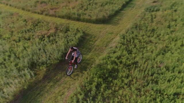 15 år gammal tonåring flicka cykling på leden i hagarna på ed. poconos, pennsylvania - poconobergen bildbanksvideor och videomaterial från bakom kulisserna