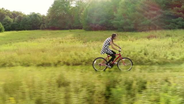 15 jahre alten teenager mädchen bike auf dem trail in den wiesen am hrsg. poconos, pennsylvania - 14 15 years stock-videos und b-roll-filmmaterial
