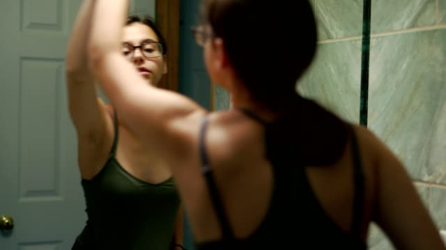 vídeos de stock e filmes b-roll de 15-years-old teenager girl cleaning the domestic bathroom. - 14 15 years