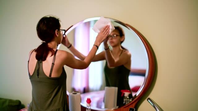 vídeos y material grabado en eventos de stock de chica adolescente de 15 años de edad limpieza el baño doméstico. - 14 15 years