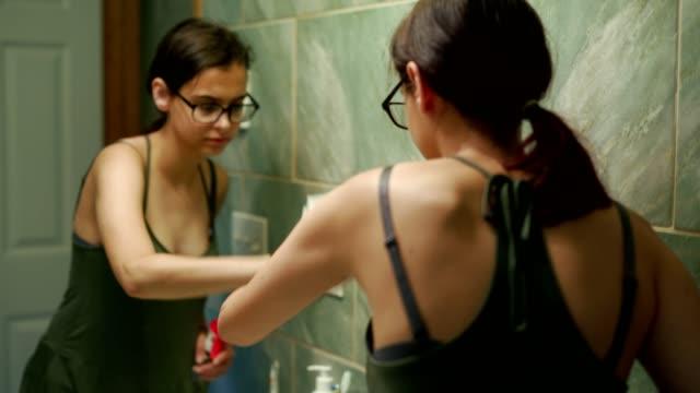 stockvideo's en b-roll-footage met 15-jaar oude tiener meisje schoonmaken van de binnenlandse badkamers. - 14 15 years