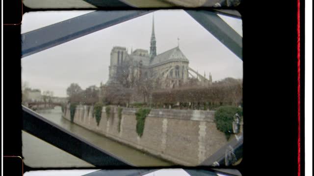 vídeos y material grabado en eventos de stock de 16mm bolex film footage of the notre dame cathedral from a bridge along st. joseph river in paris, france. - adoquinado