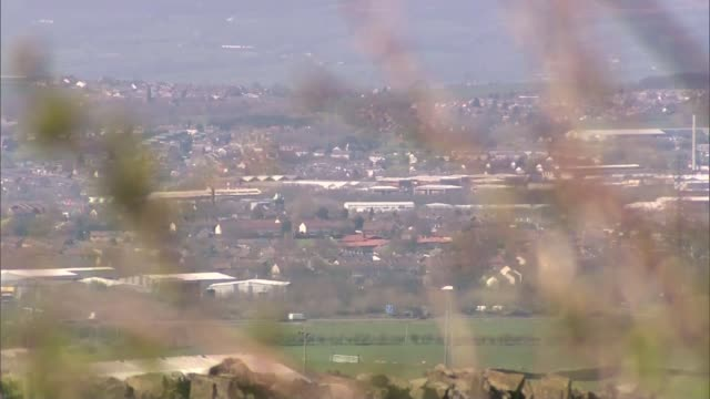 vidéos et rushes de 16yearold girl admits terror charges t23071511 / 2372015 lancashire blackburn view over the town pull view over rooftops towards mosque alley running... - lancashire