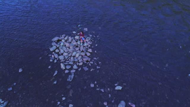 16 Jahre alten Teenager Mädchen machen Selfie auf der kleinen Insel am Lehigh River in der Nähe von Jim Thorpe