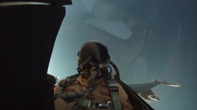 vidéos et rushes de 177th fighter wing, njang f-16c fighting falcon in flight and air to air refueling afghanistan - opération enduring freedom
