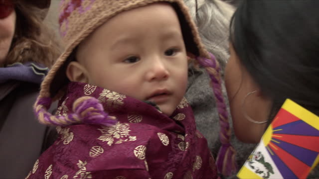 stockvideo's en b-roll-footage met feb-2010 mom and baby waiting for dalai lama outside park hyatt / washington dc, usa / audio - muts