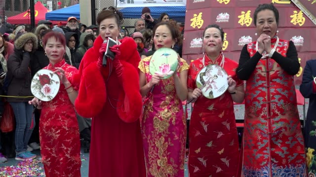 vídeos de stock, filmes e b-roll de 17th annual chinese new year firecracker ceremony / january 28 marks the first day of the chinese new year and the year of the rooster / chinatown... - símbolo conceitual