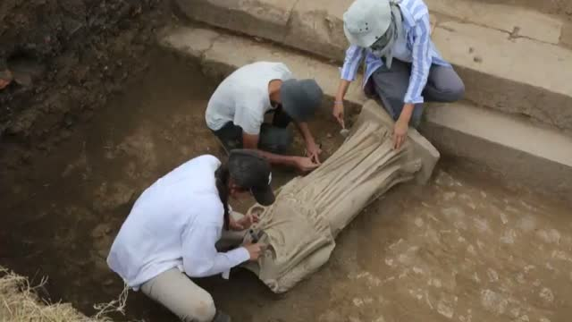 vidéos et rushes de year-old statue of a woman was unearthed in turkey's western izmir province, turkish officials announced on saturday . in a twitter post, the turkish... - archéologie